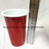 Tunblerの赤いコップの内部の白い調理のツールのエナメルの錫のコップセット
