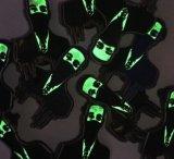 暗いエナメルPinのバッジで光る工場直売
