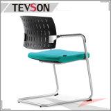 堅い鋼鉄弓フレームが付いている現代プラスチックPPオフィスの会合の椅子