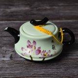 La teiera di ceramica del fiore della pittura della mano ha impostato con il contenitore di regalo di legno