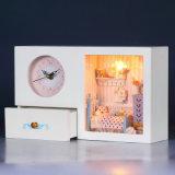 Hermosa miniatura de juguete de madera casa de muñecas con el reloj