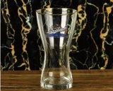 Het Glas van het Bier van Pilsener van de Slag van de mens voor Staaf