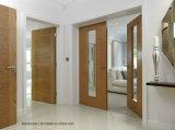 住宅のラウンジおよび居間の純木の内部ドア