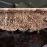 Mensola del camino di marmo classica gialla del camino nel disegno floreale fine
