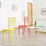 多彩なChiavariのイベントのガーデン・チェアの結婚式PPのプラスチック椅子