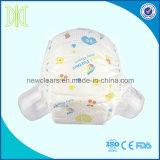 성숙한 아기는 밝은 아기 기저귀에 의하여 인쇄된 면 허리 훈련 바지를 헐덕거린다