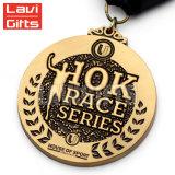 3D la coutume de moulage mécanique sous pression commémorent la médaille antique de récompense de jeu de chemin de marathon du sport 5K 10K en métal de souvenir d'or avec la bande