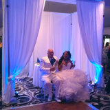 Tubo ajustável Enrole Exibir Cool caso como pano de fundo a cerimônia de casamento