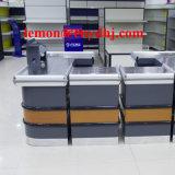 판매를 위한 슈퍼마켓 출납원 계산대 테이블