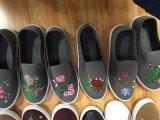 刺繍が付いている花の印刷の女性のキャンバスの偶然靴