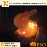 ウサギによって形づけられる陶磁器の線香立て及び夜ライト