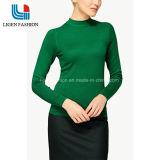 자라목 스웨터를 가진 여자 긴 소매 뜨개질을 하는 의복
