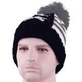 頭骨のスキーPOM POM帽子の帽子の冬の縞のニットの帽子