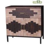 Um gabinete de madeira da sala de visitas da porta da gaveta dois