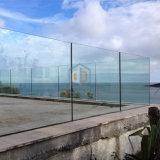 """Inferriata di vetro di Framless della scanalatura a """"u"""" del terrazzo della casa di campagna"""