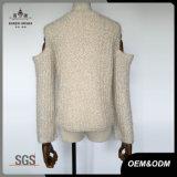 女性は曖昧な肩のセーターの上を作る