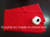 Sciarpa di angora lavorata a maglia modo con i Pompoms del coniglio