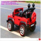 赤いの車の子供の電気乗車、緑、白い