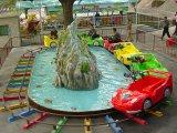 As crianças filhos Mountain carros carros em torno de Fake Mountain na via das instalações de lazer