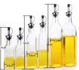 Botella de cristal en la cocina por un almacenamiento Aceite Vinagre
