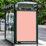 Pensilina diritta di Scrolling esterno laterale del manifesto della via Lightbox che fa pubblicità a Mupi