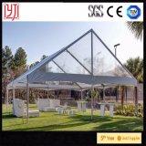 Barraca desobstruída do casamento do telhado com a decoração que alinha barracas internas do casamento