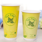 Llevar el té con aislamiento de vaso de papel con la tapa