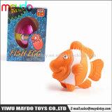 魚卵の成長するペットを工夫する新型は楽しみのためのおもちゃをからかう