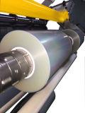 Рассечение рулона бумаги на высокой скорости машины