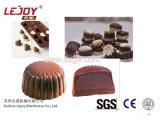 Het Deponeren van de chocolade Lijn Twee van het Afgietsel Kleuren en het Vullen van het Centrum Chocolade