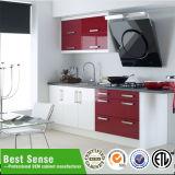 赤く多彩な現代食器棚