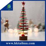 Albero di Natale creativo sottile artificiale del regalo tradizionale di natale sulla Tabella