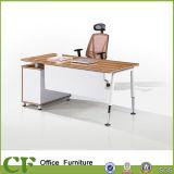 Bureau en bois de patte en métal de couleur de nature à vendre