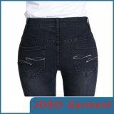 女性の黒く細いレギングのジーンズ(JC1061)