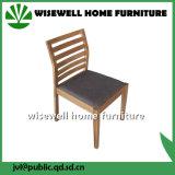 カシによって手作りされる純木の家具