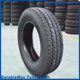 Le pneu de voiture bon marché à la fine pointe du volant