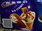 상단 아이스크림을%s 열려있는 유리제 문 가슴 어는 진열장