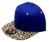 Chapeau acrylique personnalisé de Snapback de blanc de modèle avec le bord de cuir de léopard