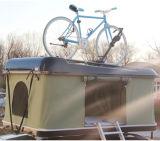 fuori dalla tenda dura di campeggio della parte superiore del tetto delle coperture della vetroresina di avventura della strada con la cremagliera di tetto