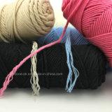 손 뜨개질을 하는 코바늘로 뜨개질 아기 애인 우유 목화 털실