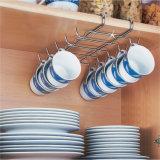 Utensilios de cocina del metal que dan el estante de la taza