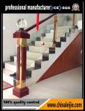 Dentro balcón de la escalera del acero inoxidable de las escaleras