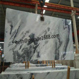 習慣によって切られる白い大理石のタイルの曇った灰色の大理石の平板