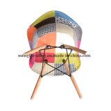 布のクッションが付いている軸受けの回転イスを食事している現代Chaiseのチューリップ