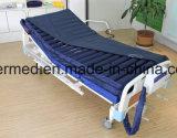 Contra un colchón de aire medicinal decúbito con bomba