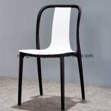 装飾された現代木製の足のArmrest PPのプラスチック食事の椅子