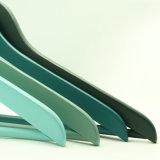 Percha superior colorida del diseño básico con la barra de madera