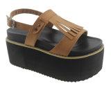 Les santals de plate-forme de cale de dames desserrent des chaussures de cale de courroie
