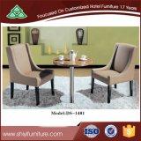 Tabela e cadeiras da mobília do hotel para jantar