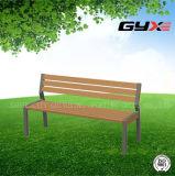 Banco del parque al aire libre en el jardín para adultos